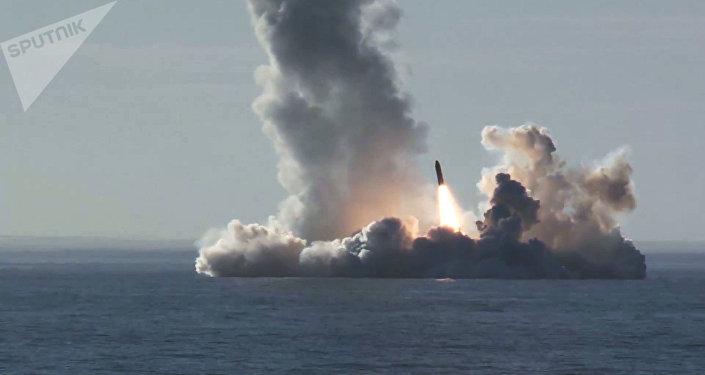 Submarino nuclear da Marinha da Rússia lança míssil balístico na região do Ártico (VÍDEO)