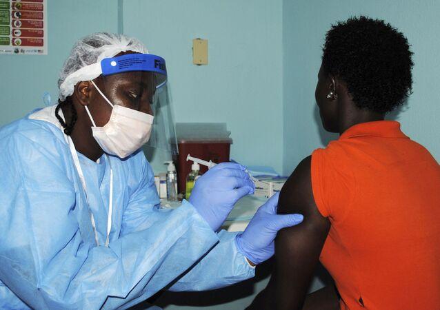 Agente de saúde aplica vacina experimental contra o ebola na Libéria
