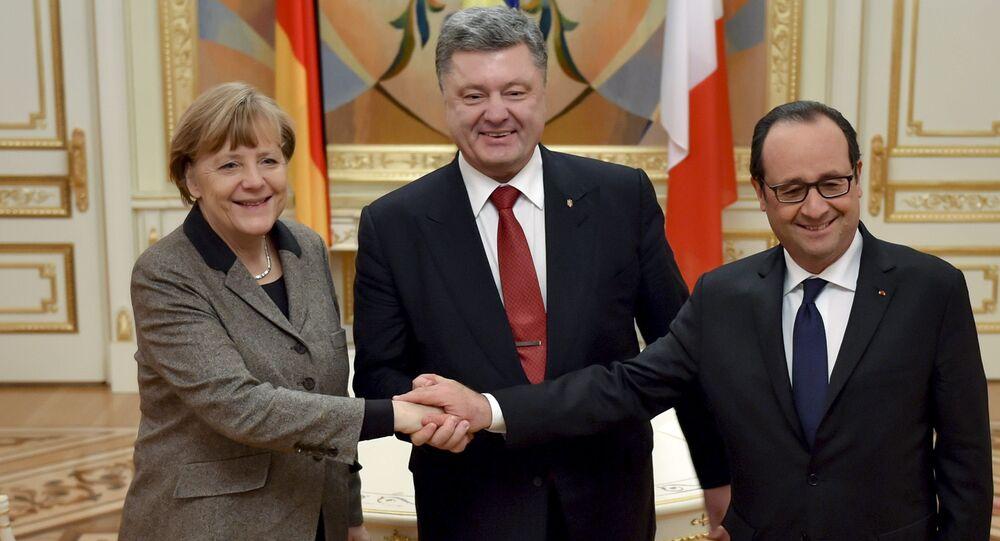O presidente da Ucrânia, Piotr Poroshenko (C) cumprimenta a chanceler alemã, Angela Merkel, e o presidente francês, François Hollande durante encontro em Kiev