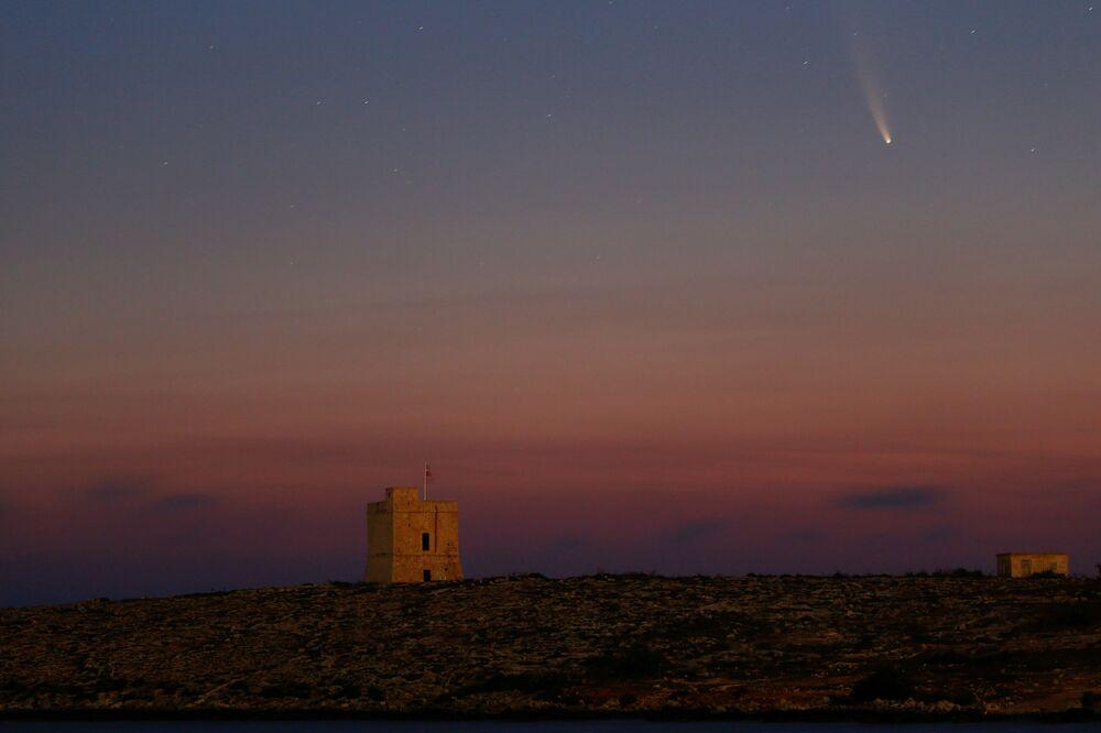 Cometa NEOWISE cruza os céus de Malta, na Europa, em 12 de julho