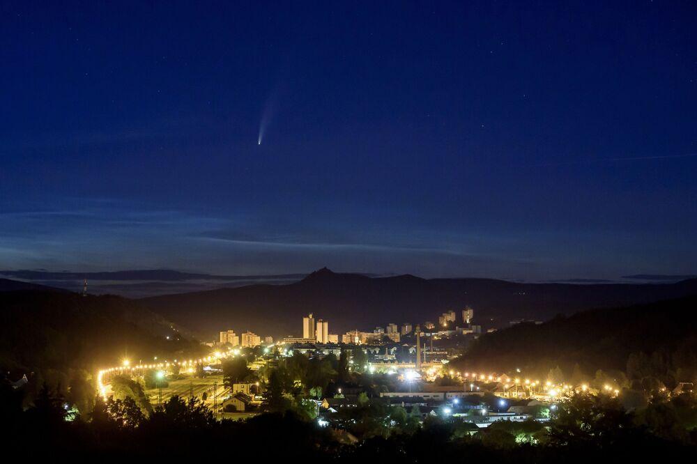 Cometa NEOWISE visto sob a cidade húngara de Salgotarjan, em 10 de julho