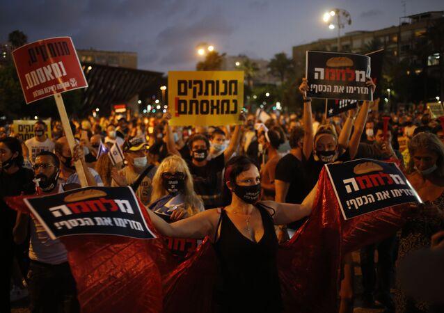 Manifestantes protestam contra a resposta do governo de Israel à crise econômica gerada pela COVID-19, Tel Aviv, 11 de julho de 2020