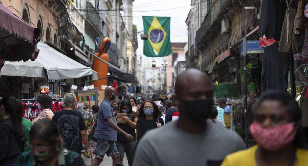 Movimentação nas ruas e comércio nos arredores do Mercado Popular do Saara, no centro do Rio de Janeiro, durante a pandemia da COVID-19, em 10 de julho de 2020.