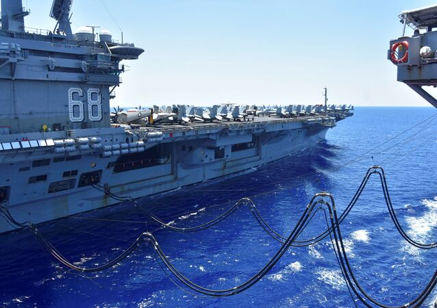 Porta-aviões da Marinha dos EUA USS Nimitz recebe em andamento combustível do reabastecedor da frota USNS Tippecanoe, da classe Henry J. Kaiser, no mar do Sul da China, 7 de julho de 2020