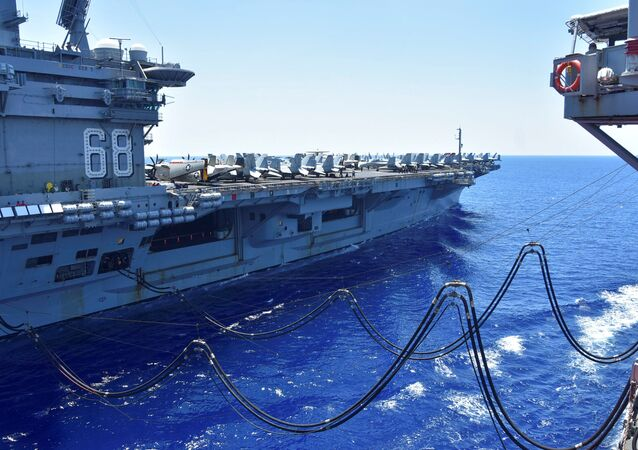 Navio USS Nimitz recebe combustível do petroleiro USNS Tippecanoe no mar do Sul da China