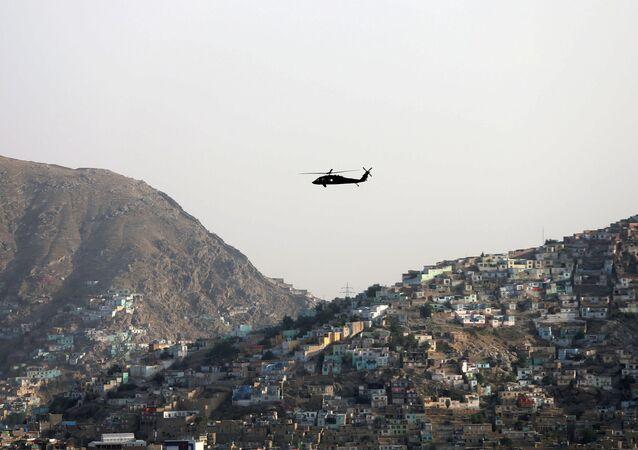 Helicóptero da OTAN sobrevoa a cidade de Cabul, Afeganistão, 29 de Junho de 2020