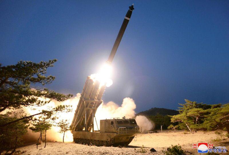 Teste do míssil balístico de curto alcance KN-25 do Exército Popular da Coreia no Norte, com alcance de 380 km (foto de arquivo)