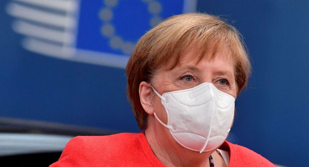 Chanceler alemã Angela Merkel usando uma máscara protetora chega à primeira cúpula presencial da UE desde o início da pandemia da COVID-19, em Bruxelas, Bélgica, 17 de julho de 2020