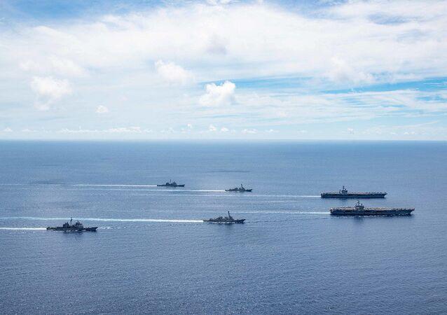 USS Ronald Reagan e o USS Nimitz em formação durante exercícios em 6 de julho de 2020