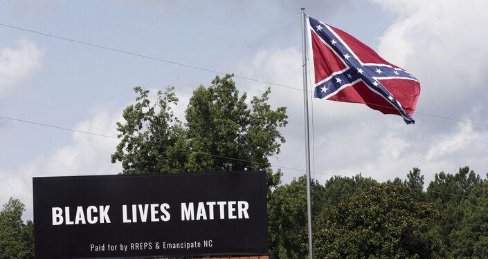 Painel do movimento Black Lives Matter instalado ao lado de bandeira confederada em Pittsboro, na Carolina do Norte (EUA)
