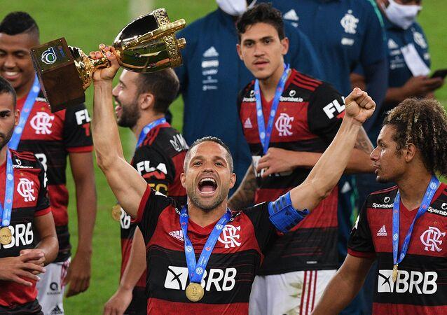 Jogador Diego, do Flamengo, comemora vitória de seu time no Campeonato Carioca após partida contra o Fluminense