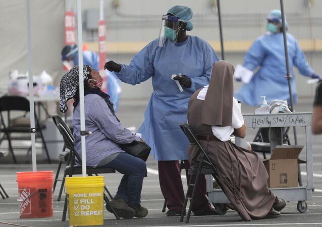 Na Flórida, EUA, um trabalhador da área da saúde realiza testes de detecção da COVID-19, em 6 de julho de 2020.