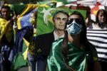 Bolsonaristas mostram apoio ao presidente do Brasil, Jair Bolsonaro, durante manifestação em Brasília, Brasil, 19 de julho de 2020