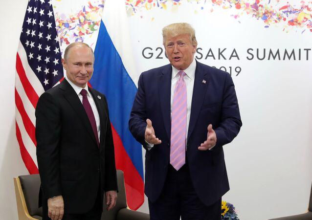 Presidentes de Rússia e EUA, Vladimir Putin e Donald Trump posam lado a lado durante encontro do G20, em Osaka