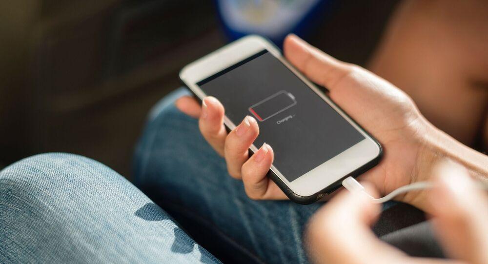 Smartphone conectado a um carregador
