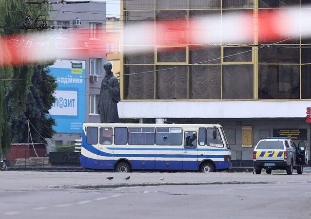 O ônibus com passageiros sequestrado por um homem não identificado na cidade de Lutsk, Ucrânia