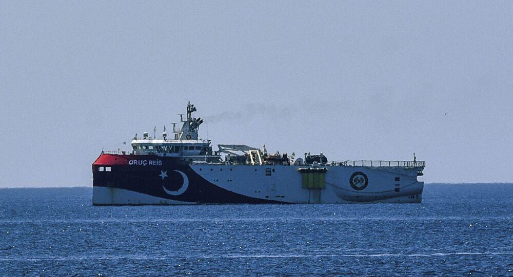 Embarcação turca de prospecção sísmica Oruc Reis no mar Mediterrâneo