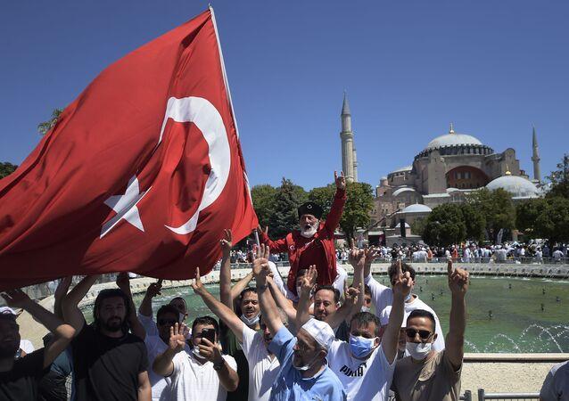 Multidão com bandeira da Turquia diante de Hagia Sophia, em Istambul