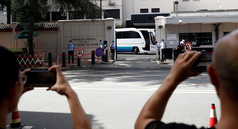 Curiosos observam operação de fechamento do consulado dos EUA em Chengdu, na China