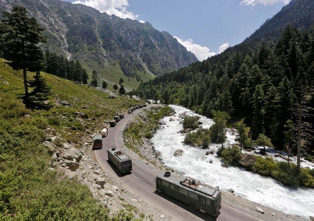 Comboio do Exército indiano se desloca por rodovia que leva a Ladakh, na Caxemira, 18 de junho de 2020