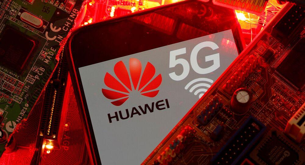 Smartphone com a marca da empresa chinesa Huawei e o logo do seu 5G