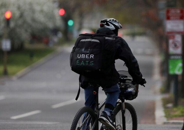 Entregador trabalha de bicicleta em Washington, nos Estados Unidos, durante a pandemia, em abril de 2020