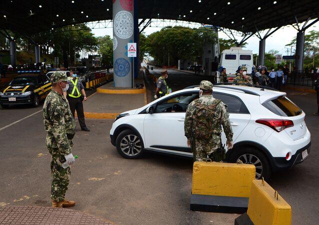 Militares paraguaios na fronteira entre Paraguai e Brasil