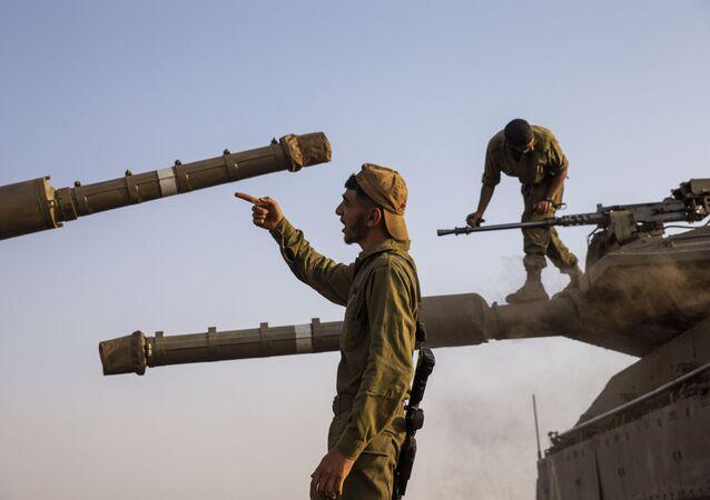 Soldados israelenses preparam seus tanques Merkava para ação nas Colinas de Golã, na fronteira entre Israel e Síria, enquanto região vive tensões após confrontos