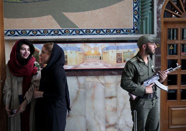 Soldado iraniano durante eleições presidenciais em seu país