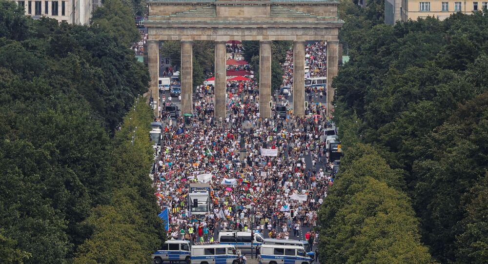 A vista aérea de um protesto em Berlim sobre as restrições impostas pelo governo alemão contra a COVID-19, em 1º de agosto de 2020.