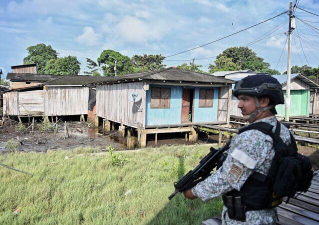 Soldado colombiano patrulha rua de Tumaco, Colômbia (foto de arquivo)
