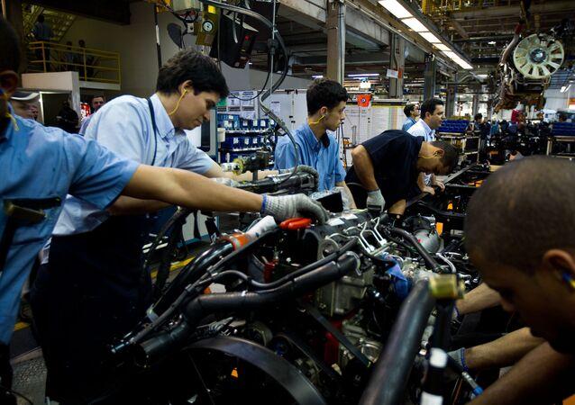 Linha de montagem de indústria automotiva no Rio de Janeiro.