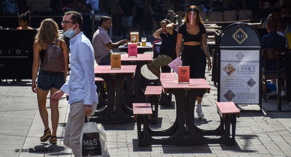 Pessoas aproveitam relaxamento do lockdown na Inglaterra para passear nas ruas e comer em restaurantes em Carnaby Street, em Londres.