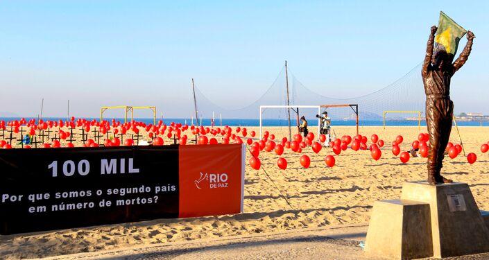 Ato da ONG Rio de Paz sobre as 100 mil mortes por COVID-19 no Brasil, na praia de Copacabana, no Rio de Janeiro, em 8 de agosto de 2020.