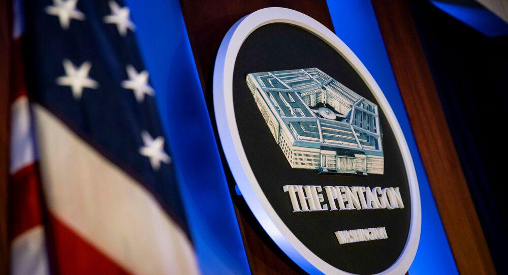 Logotipo do Pentágono na sala de briefing do Pentágono em Arlington, Virgínia, EUA, 8 de janeiro de 2020