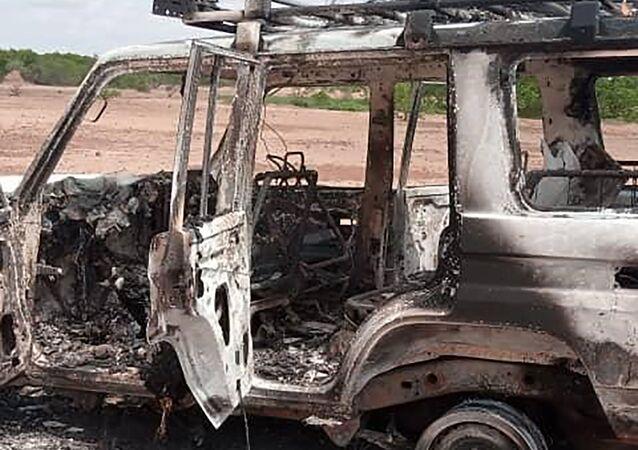 Restos do carro, usado por turistas franceses e guias no Níger, após ataque
