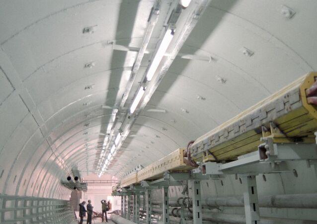 Modelo em tamanho real do túnel do acelerador para o projeto UNK, 1988