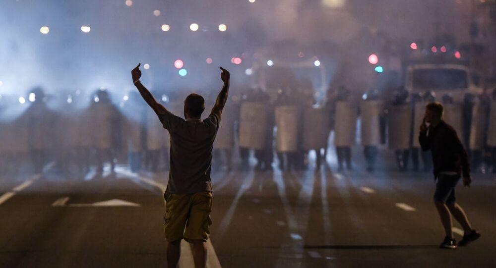 Manifestantes tomam as ruas de Minsk e entram em confronto com policiais