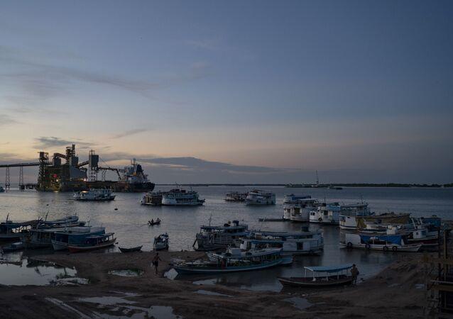 Amazônia: barcos na confluência dos rios Tapajós e Amazonas, em porto de Santarém, no Pará