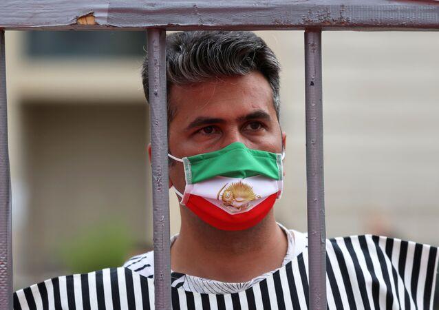 Manifestante protesta em Teerã contra a execução da pena de morte no Irã
