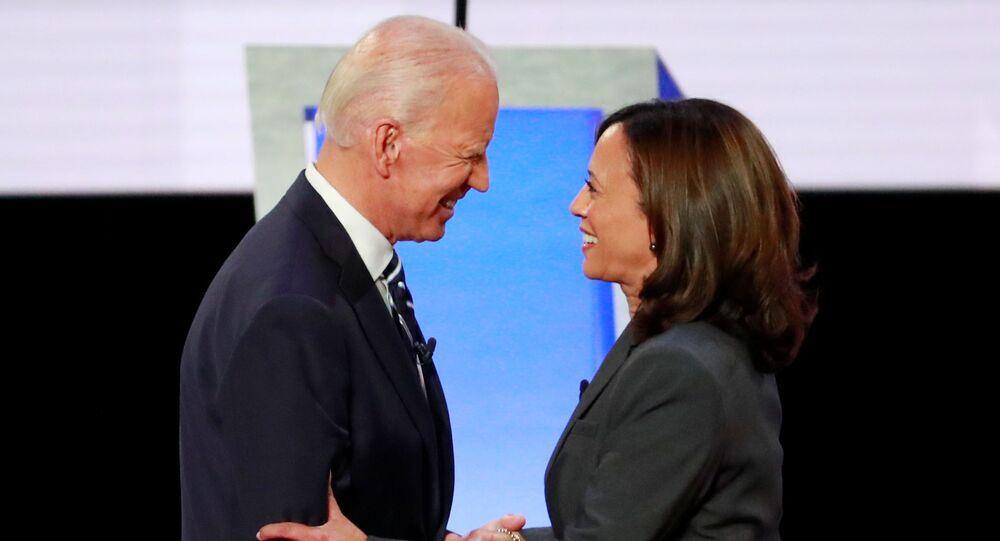 O ex-vice-presidente dos EUA, Joe Biden, e a senadora Kamala Harris se cumprimentam antes do início de um debate em 31 de julho de 2019.