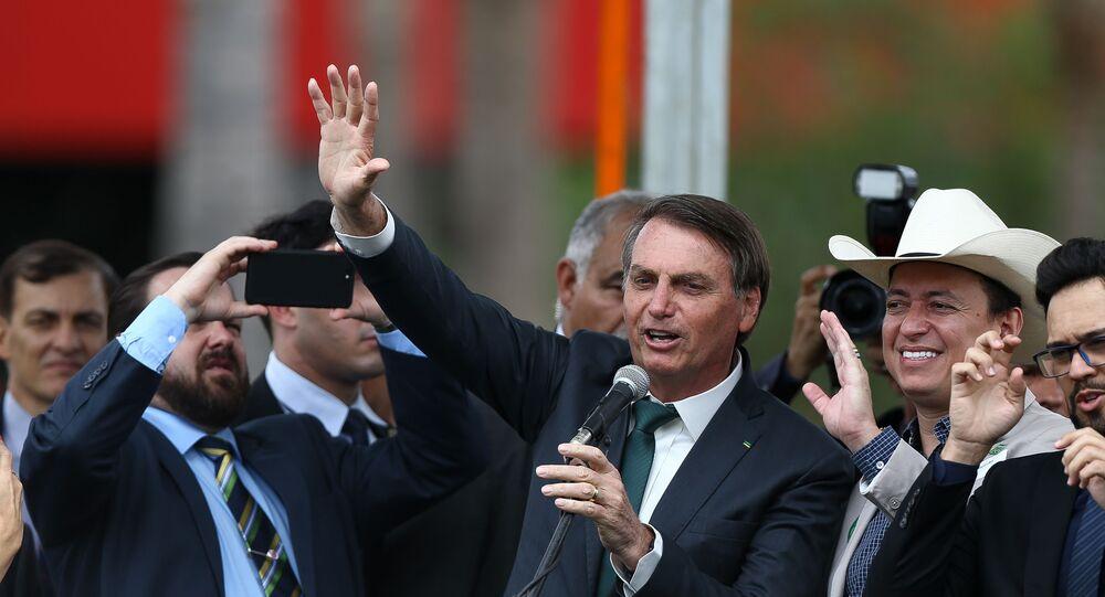 Presidente Jair Bolsonaro acena para o público durante evento de lançamento do partido Aliança pelo Brasil, no hotel Royal Tulip, em Brasília (DF)