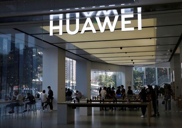Pessoas em uma loja da Huawei em um shopping em Pequim, China, 14 de julho de 2020
