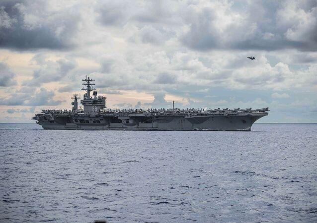 USS Nimitz (CVN 68) navega ao lado do porta-aviões destacado da Marinha dos EUA USS Ronald Reagan (CVN 76, não está na foto) no mar do Sul da China, 6 de julho de 2020
