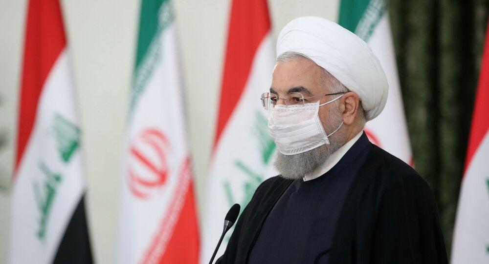 Presidente iraniano Hassan Rouhani participa de uma coletiva de imprensa com o primeiro-ministro iraquiano, Mustafa Al-Kadhimi, usando máscara protetora, em Teerã, Irã, 21 de julho de 2020