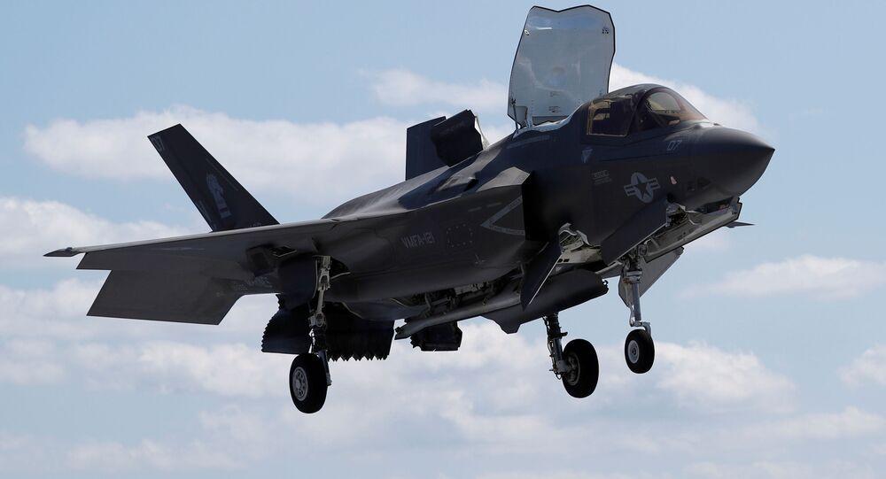 Caça furtivo Lockheed Martin F-35B, do Corpo de Fuzileiros Navais dos EUA, se prepara para pousar verticalmente a bordo do navio anfíbio USS Wasp nas águas ao largo de Okinawa, Japão, 23 de março de 2018