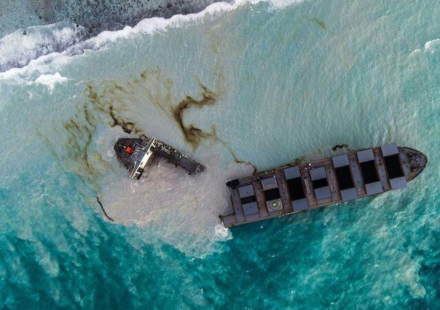 Vista aérea do petroleiro MV Wakashio encalhado e partido em dois nas Ilhas Maurício