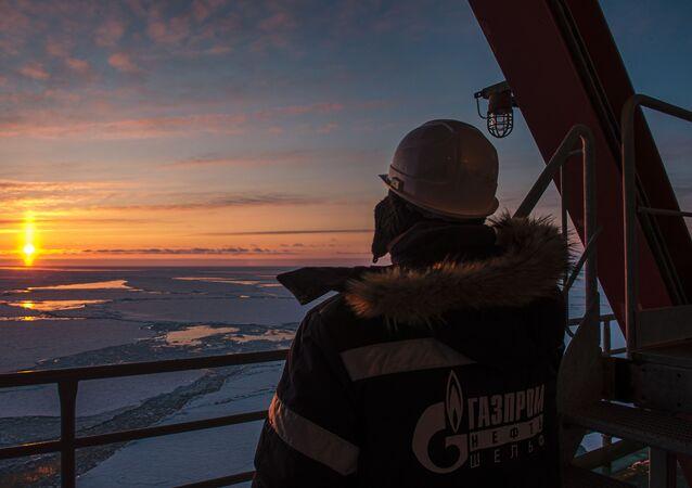 Trabalhador da empresa Gazprom em plataforma de petróleo offshore na região do Ártico, na Rússia