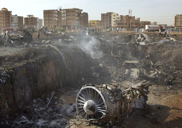 Turbina e restos de avião após desastre aéreo no Sudão