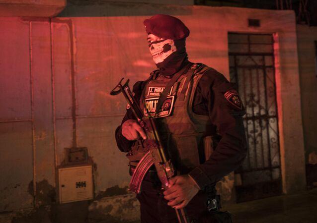 Policial de guarda enquanto impõe o toque de recolher devido à pandemia do novo coronavírus, em El Callao, nos arredores de Lima, Peru, 8 de abril de 2020